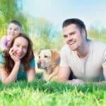 Une famille avec un chien